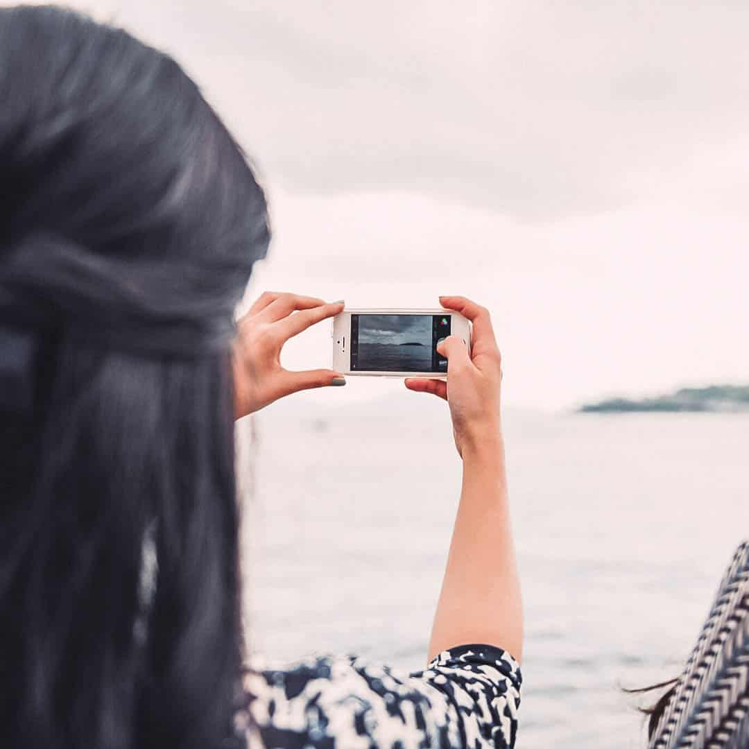Wish you could take the perfect instagram photo? The Confused Millennial shares 3 easy steps to instagram worthy photos that you can do at home for under $20. Cost effective and pretty! #winning!
